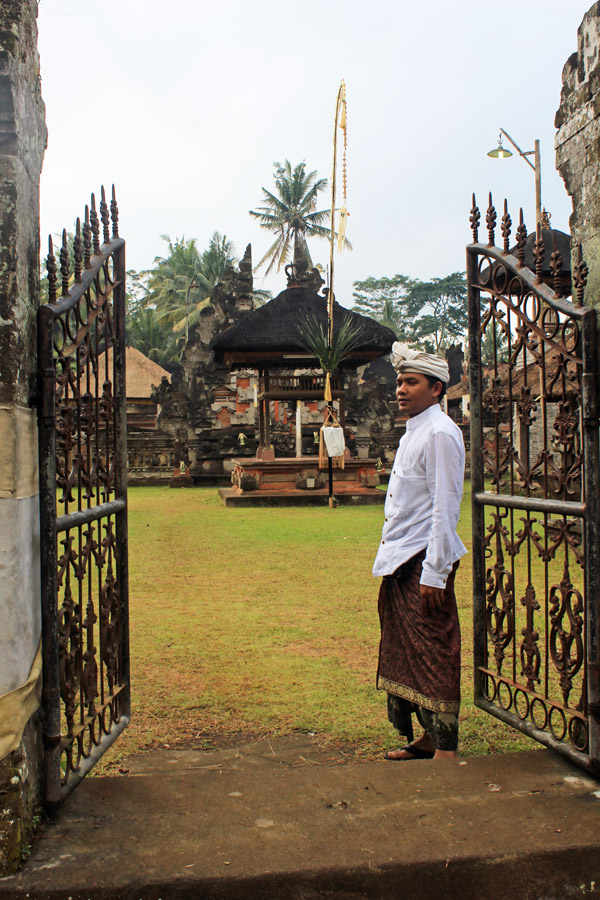 Gusti at temple gates